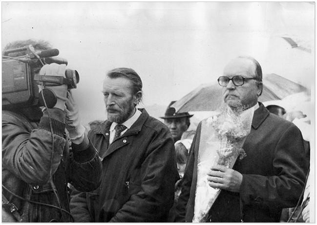 Сини письменника (справа наліво) Юлій та Всеволод Гаркуші-Божки на могилі батька у селі Крутоярівці Дніпропетровської області, 1991 рік
