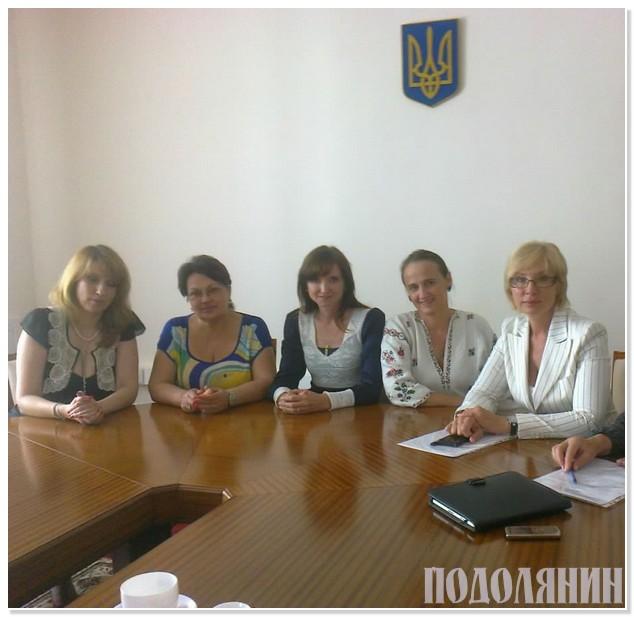 На фото (справа наліво): Людмила Денисова, Валентина Волошина, Ольга Боднар та інші