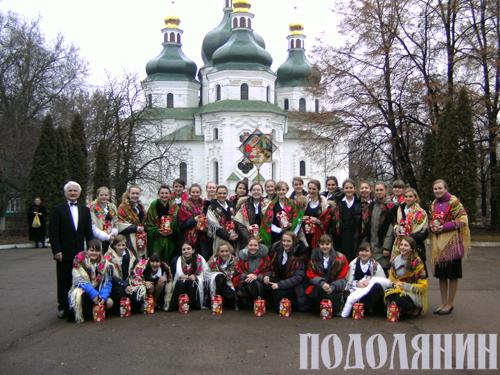 "на фото хорова капела ""ЖУРАВЛИК"""