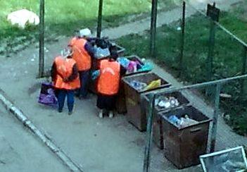 Працівники ККП на смітнику.jpg