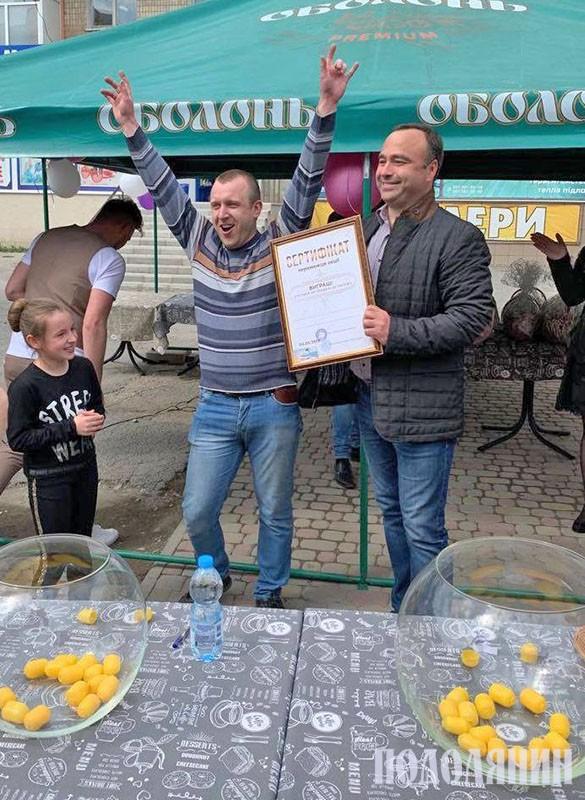 Володимир Юр'єв вручає приз родині Фіялкових