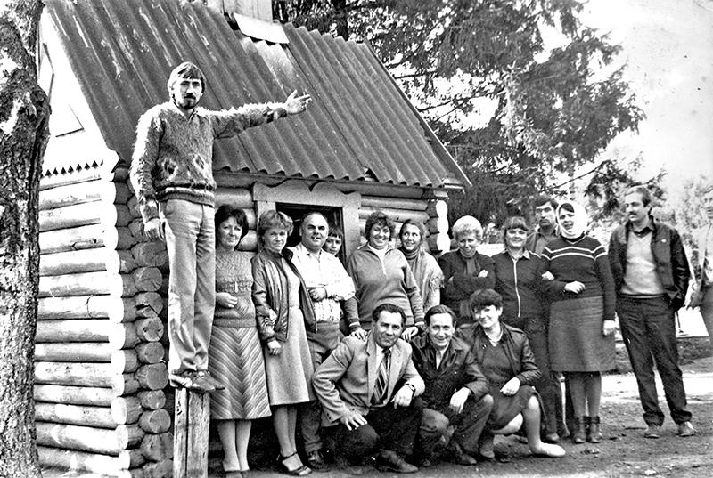 Поїздка в Карпати з колективом ТЕЦ (середина 80-х років): Славко Полятинчук перший ліворуч (стоїть), Георгій Акимович у центрі (сидить)