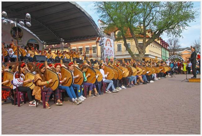 Виступають учасники фестивалю бандурного мистецтва