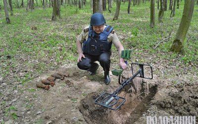 Олег Іванюк міношукачем перевіряє територію в с.Нігин