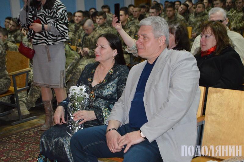 Ніна Матвієнко та Сергій Ісаєнко на концерті для курсантів військового ліцею