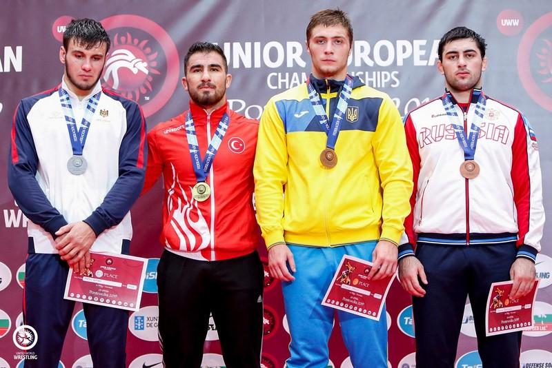 Данило Стасюк другий праворуч