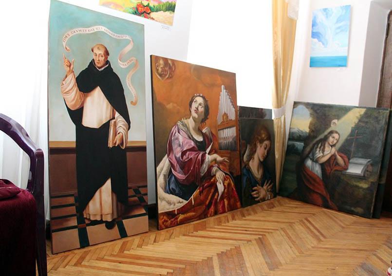 Картини-копії готуються до експозиції (Фото Петра Ігнатьєва)