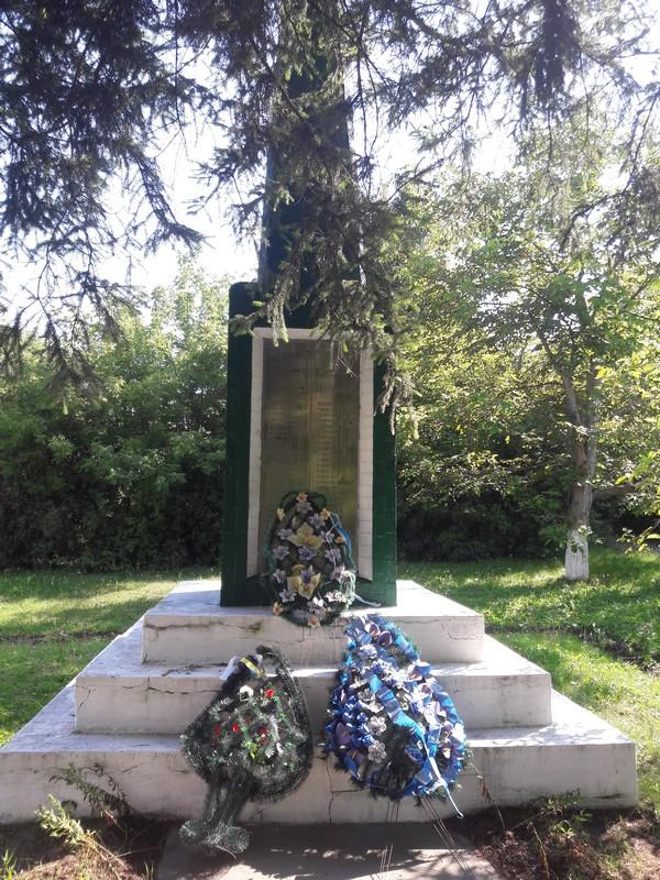 Пам'ятник воїнам біля сільського Будинку культури