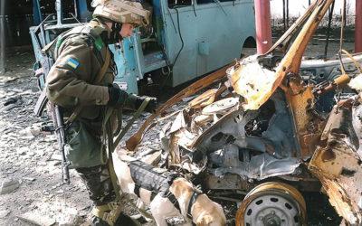 Сапер Центру з бойовим собакою під час виконання завдань на сході країни