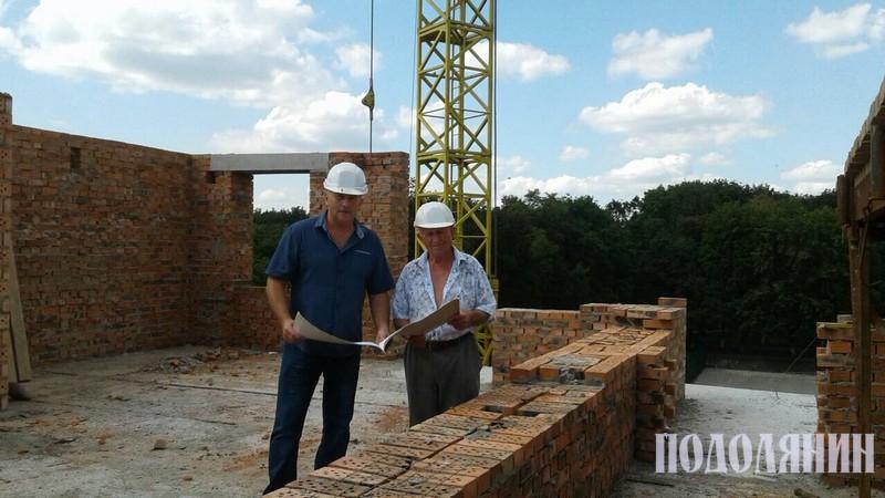 Валерій Слободян із виконробом, 82-річним Олександром Глаговським, на будівництві 10-поверхового будинку на вул.Пушкінській