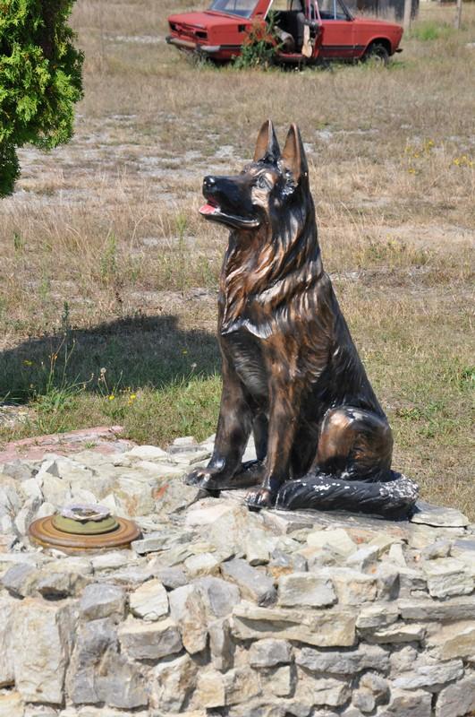 Пам'ятник собаці на полігоні