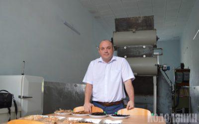 Тарас Гуцол на фоні унікальної установки
