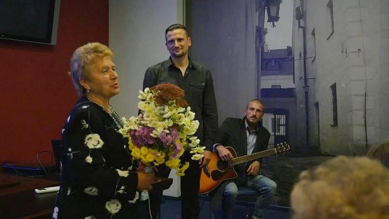 Галина Чорна вітає Дмитра Глухенького з успішним стартом показів