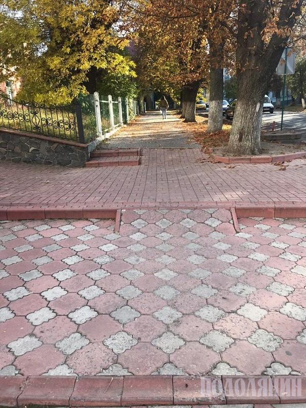 Надто стрімкі пандуси з додатковими перешкодами - зливовими каналізаціями (вул.Лесі Українки)
