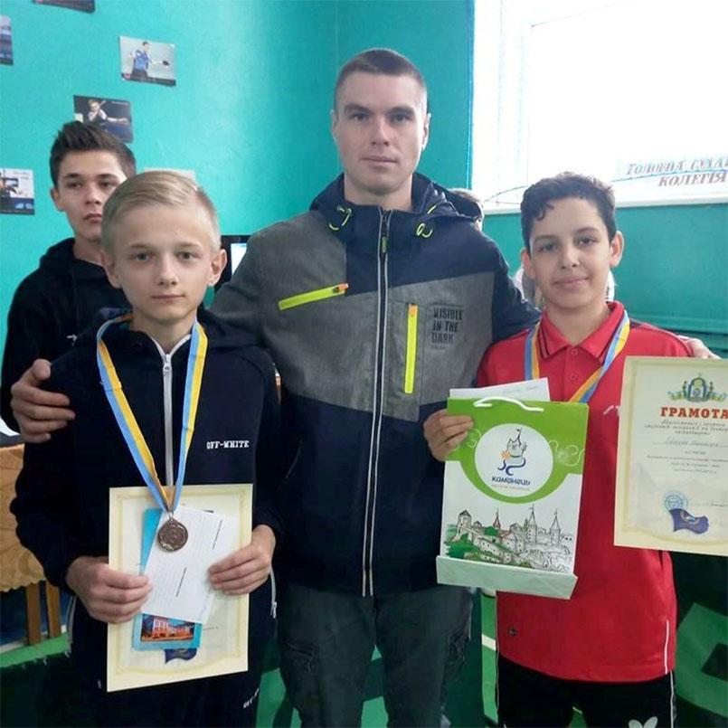 ліворуч Денис Кантаревич, тренер-асистент Віталій Борецький та Олександр Бринюк.