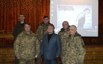 Володимир Жемчугов (у центрі) з кам'янецькими військовослужбовцями