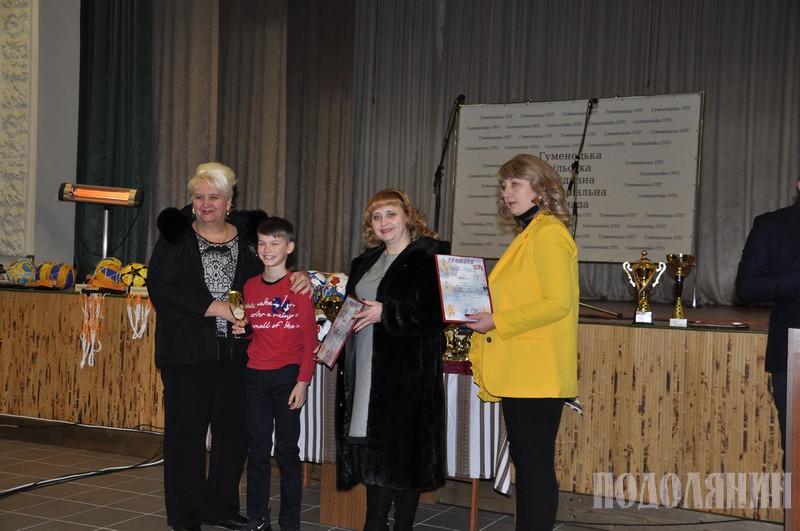 Iнна Абдулкадирова вручає нагороду Iвану Боднарчуку