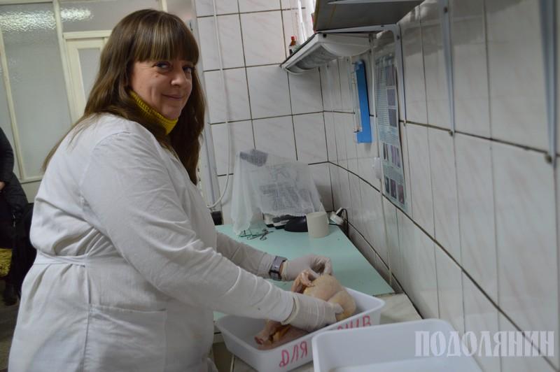 Оксана Мартинюк оглядає тушку курки