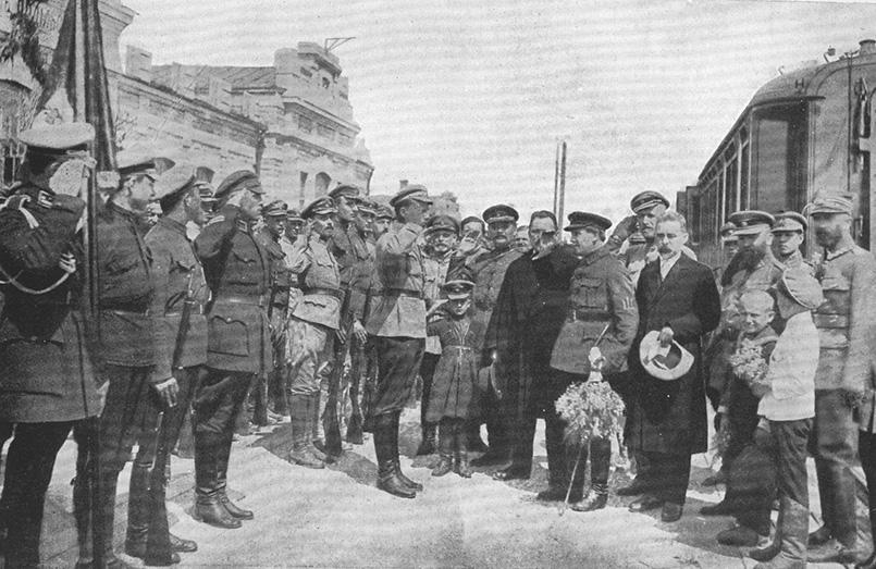 Iван Огієнко (з капелюхом) поряд біля Симона Петлюри. Кам'янець-Подільський, 1 травня 1920 року
