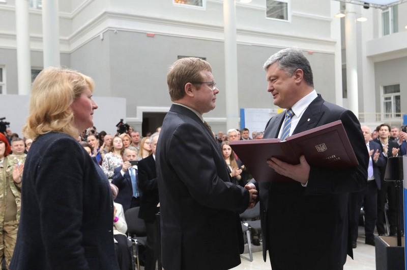 Володимир Жемчугов отримує державну нагороду. 2017 р.