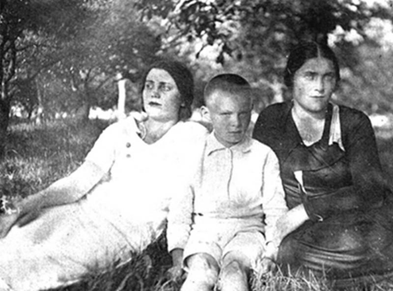 Мамина сестра Антоніна Водинська, Едуард Сікора та (ліворуч) його мама - Ада Стрілецька. Фото 1936-1937 років