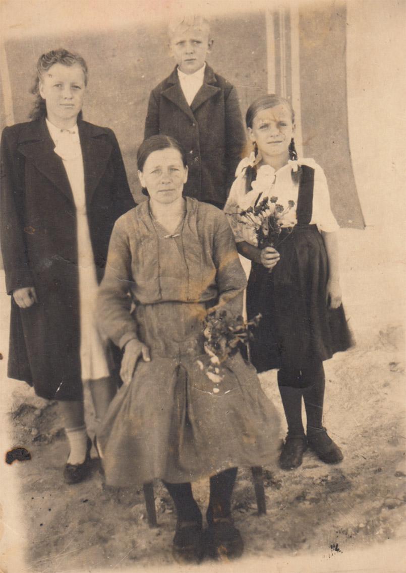 Маленька Людмила з мамою, старшою сестрою Ніною і братом Петром після війни