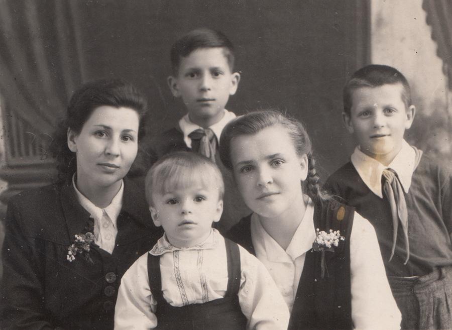 Людмила (праворуч) із тіткою Катериною та двоюрідними братами, 1951 р., м.Кам'янець-Подільський