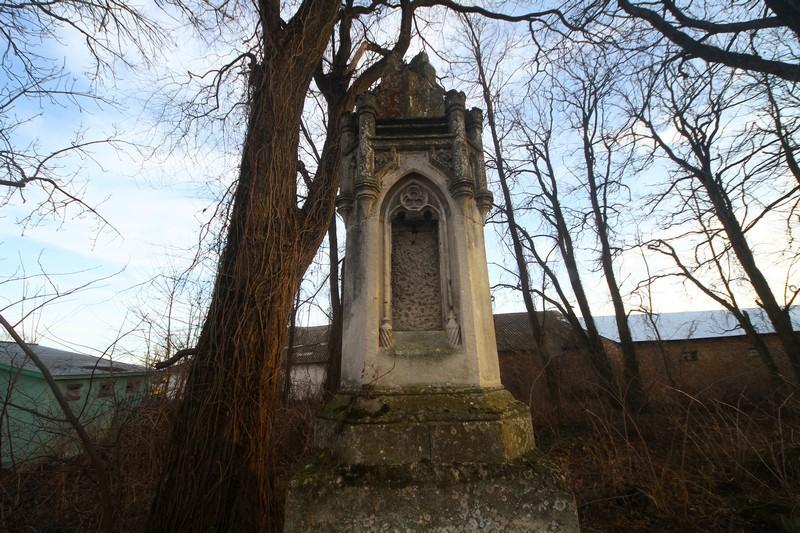 Та сама могила на цвинтарі у Тинній