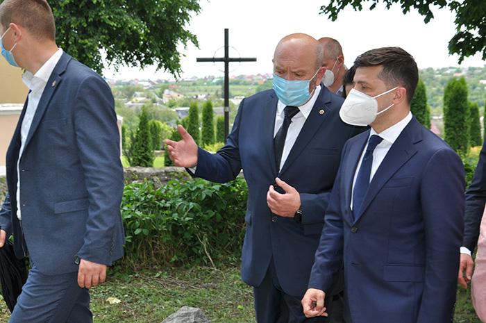 Міський голова Михайло Сімашкевич із президентом Зеленським у Музеї мініатюр