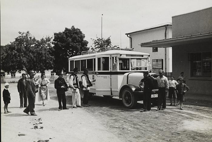 Автобус на ринку міста Косова, 1930-ті