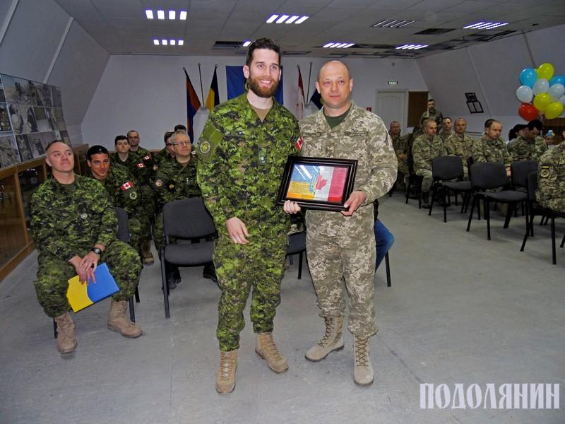 Володимир Родіков (праворуч) проводжає канадських інструкторів