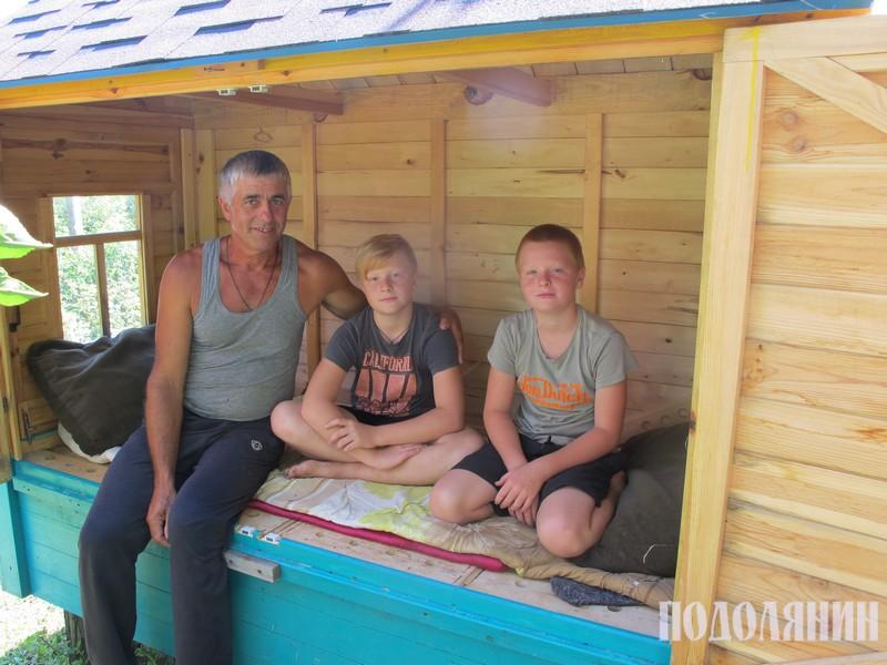 З онуками у вулику-лежаку