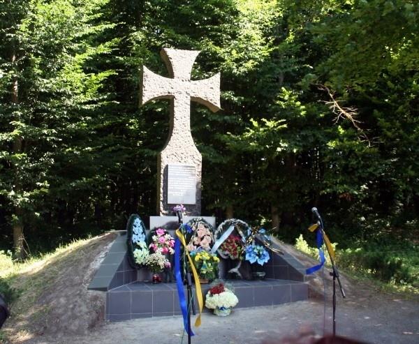 Пам'ятник командиру УПА Роману Шухевичу поблизу с.Гуків