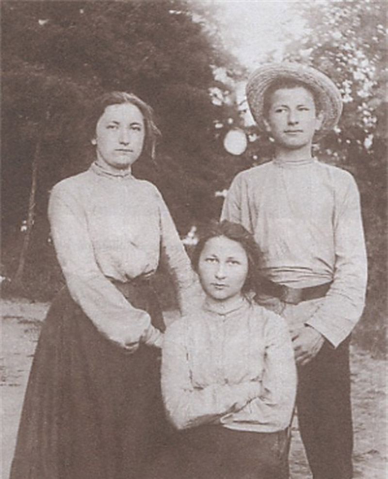 Левко Чикаленко із сестрами Вікторією та Ганною