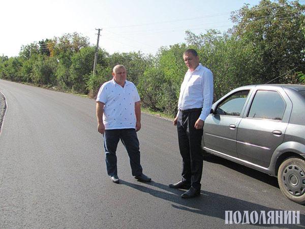 Анатолій Бернашевський та Юрій Безродний перевіряють ремонт дороги «Дерев'яне - Калачківці»