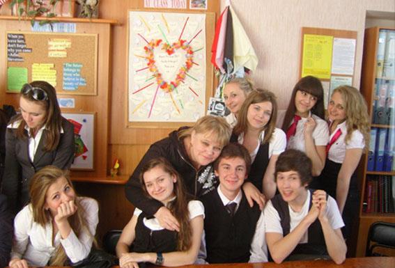 Наталія Піщук з учнями