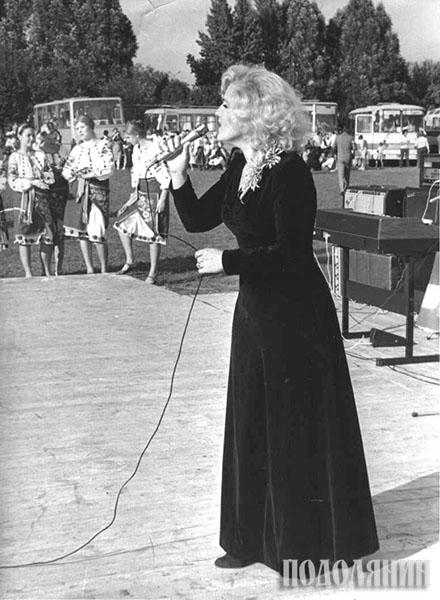 Співає Майя Печенюк. 1980-ті, концерт на центральному стадіоні