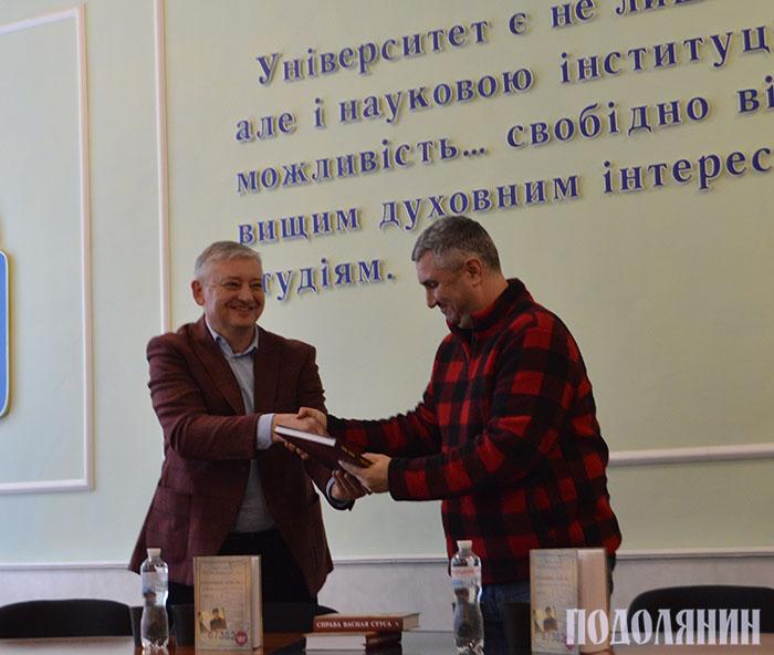Ректор університету Сергій Копилов вручає книгу про історію К-ПНУ Вахтангу Кіпіані