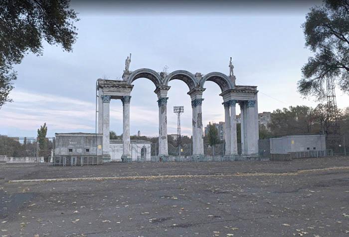 Арка стадіону в Дніпродзержинську (Кам'янське) і все, що від неї залишилося