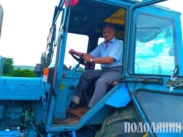 Професор Рудь за кермом трактора