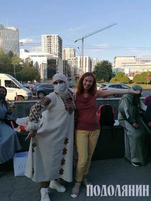 Із гостями з Саудівської Аравії, які купують традиційний український одяг