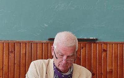Професор підписує для журналістів свою книгу «Євреї та українці: тисячоліття співіснування», яку «Подолянин» отримав у подарунок