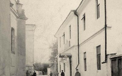 Двокласне міське училище (праворуч), яке 1913 року перетворено